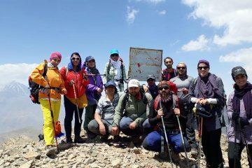 صعود ۱۳ کوهنورد دماوندی به قله ۴۰۸۰ متری دوبرار/ عبور کوهنوردان دماوند از مسیر سنگها+ تصاویر