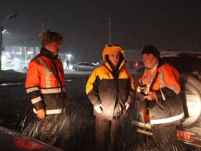 بازدید شبانه مسؤولان از جادههای برفی دماوند