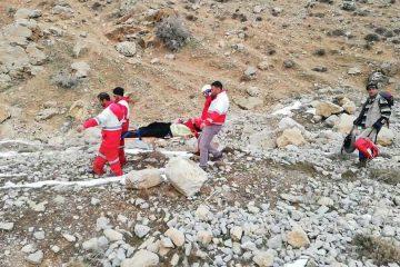عملیات نجات خانواده ۴ نفره در ارتفاعات سد لتیان/ مصدوم پس از رضایت تحویل خانواده شد+ تصاویر